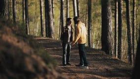L'homme saisit son épaule barbue d'ami tout en discutant en bois banque de vidéos