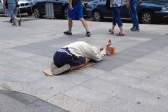 L'homme sans abri prie pour l'argent Photos stock