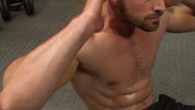 L'homme sans chemise déterminé que faire se reposent se lève banque de vidéos