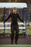 L'homme sautant avec la corde à sauter Photo libre de droits