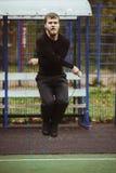 L'homme sautant avec la corde à sauter Image stock