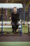 L'homme sautant avec la corde à sauter Photo stock