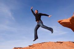 L'homme sautant dans le ciel photographie stock libre de droits