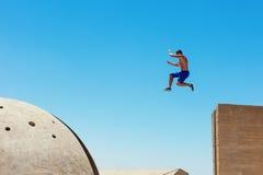 L'homme sautant, dans peu de tache floue de mouvement photo libre de droits