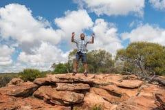 L'homme sautant de la falaise dans l'Australie photographie stock libre de droits