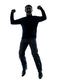 L'homme sautant la silhouette victorieuse heureuse complètement Images libres de droits