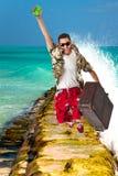 L'homme sautant par-dessus les vagues Photographie stock libre de droits