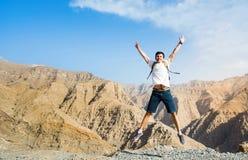L'homme sautant sur le dessus de montagne images stock
