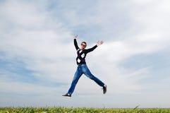 L'homme sautant sur le fond de ciel Images libres de droits