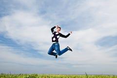 L'homme sautant sur le fond de ciel Images stock
