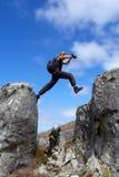 L'homme saute de la roche Image libre de droits