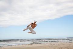 L'homme saute des arts martiaux de karaté de sport combattent le coup-de-pied Images stock