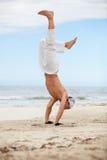 L'homme saute des arts martiaux de karaté de sport combattent le coup-de-pied Photographie stock