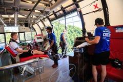 L'homme saute le type d'hirondelle de 207 mètres de taille, style libre-bungy Photos libres de droits