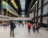 L'homme saute pour la photo dans Tate Modern, Londres Image stock