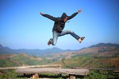 L'homme sautent aux falaises Photographie stock