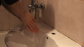 L'homme se lave les mains sous le robinet banque de vidéos
