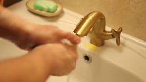L'homme se lave les mains sous le robinet clips vidéos