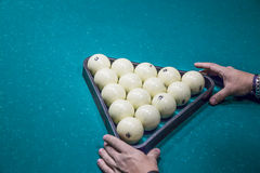 L'homme se préparent dedans au jeu de début des boules de billard avec la triangle Photos libres de droits
