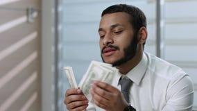 L'homme se réjouit l'argent banque de vidéos