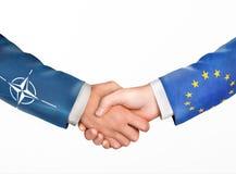 L'homme se serrent la main Pays d'amitié Image libre de droits