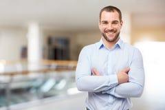 L'homme se tient au centre d'affaires avec les bras croisés images libres de droits