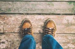 L'homme se tient sur le dock Image libre de droits