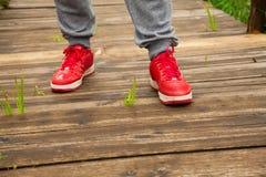 L'homme se tient sur le plancher en bois Photographie stock