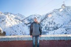 L'homme se tient sur le platine de boue Photos libres de droits