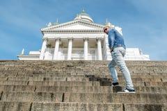 L'homme se tient sur les escaliers de granit à la cathédrale sur le sénat photo stock