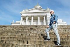 L'homme se tient sur les escaliers de granit à la cathédrale sur le sénat images stock