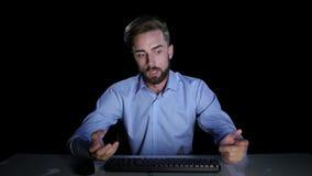 L'homme sent les émotions de la perplexité communiquer sur l'Internet clips vidéos