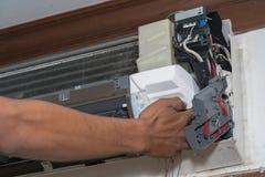 L'homme simple d'électricien propre, la difficulté et maintiennent la climatisation images stock