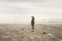 L'homme solitaire regarde l'infini dans un paysage surréaliste et spectaculaire Photo libre de droits