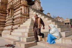 L'homme sort du temple dans l'Inde images stock