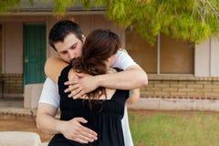 L'homme soulage l'épouse avant la naissance à la maison Photos stock
