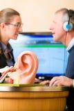 L'homme sourd fait un examen de l'audition Image stock