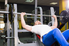 L'homme sportif brutal pompant muscles sur le banc à presse Sport, bodybuilding, formation et concept de personnes photo stock