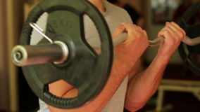 L'homme sportif forme des bras au gymnase clips vidéos