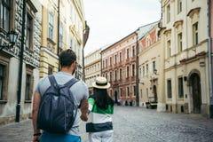 L'homme suivent la femme dehors à la vieille rue europian Photos libres de droits