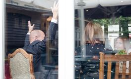 L'homme supérieur avec des mains vers le haut de whille apprécient des amis se réunissant dans le bar Photographie stock libre de droits