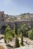 L'homme supérieur avec la canne pratique trimarder sur la vieille ville, Toledo, Espagne Photo stock