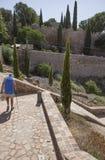 L'homme supérieur avec la canne pratique trimarder sur la vieille ville, Toledo, Espagne Photographie stock libre de droits