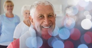 L'homme supérieur de sourire avec des amis dans le yoga classent Photos stock