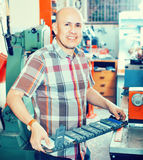 L'homme supérieur diligent faisant le véhicule numérote sur la machine photographie stock libre de droits
