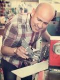 L'homme supérieur efficace faisant le véhicule numérote sur la machine photographie stock libre de droits