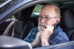 L'homme supérieur effrayé et perdu dans la voiture réclame l'aide de son ce Images libres de droits