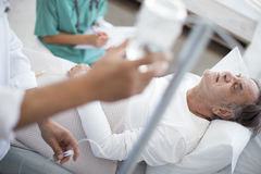 L'homme supérieur est sérieusement malade dans le lit d'hôpital photos libres de droits