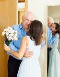 L'homme supérieur est venu chez la femme avec des fleurs Images libres de droits