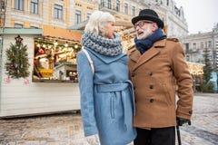 L'homme supérieur et la femme joyeux sont heureux de se voir Images libres de droits